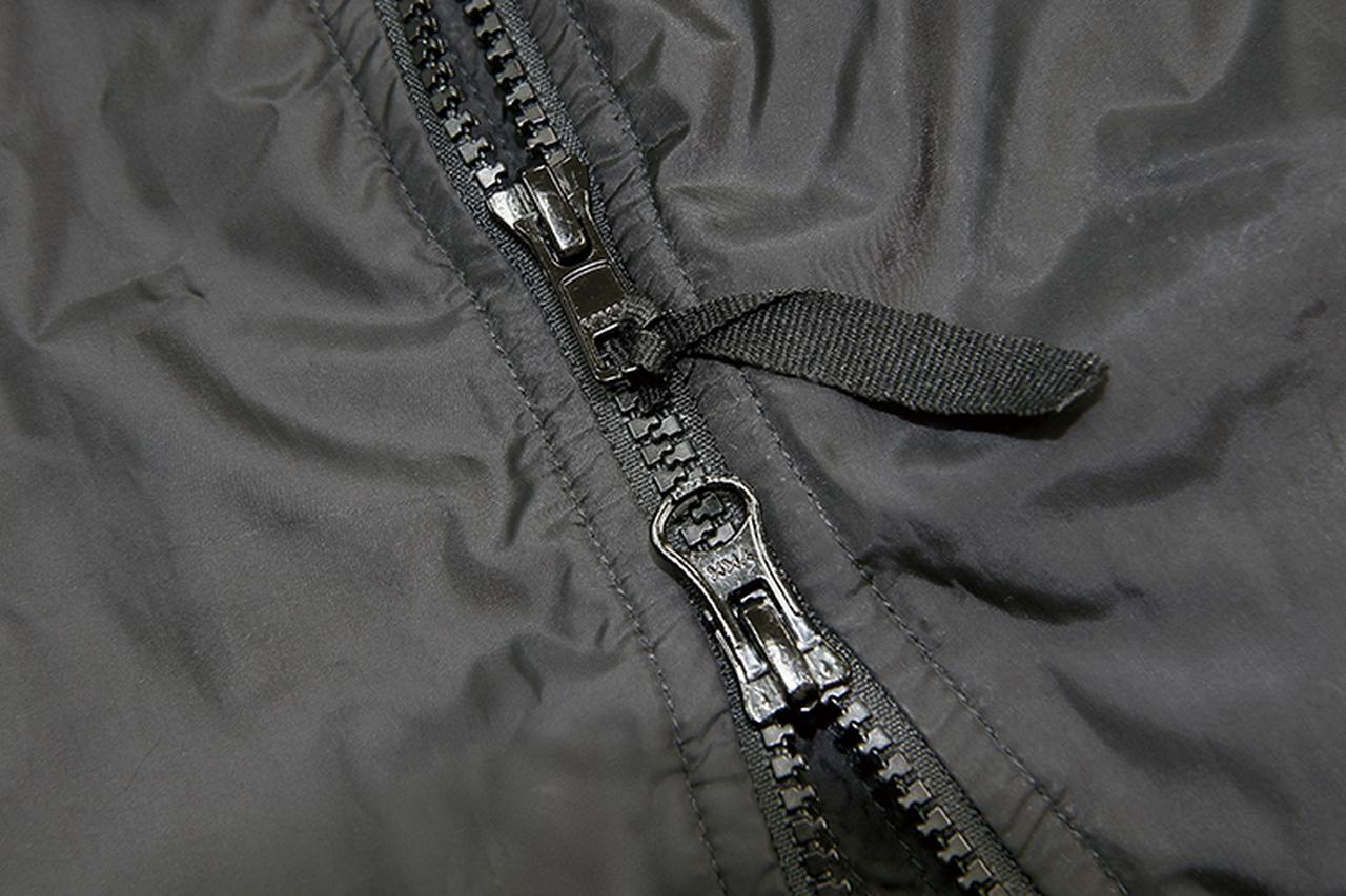 画像: ジャケットのメインファスナーは国産のYKK製。冬場にこそ重宝するダブル仕様だ。ソデと脇にはストレッチ材を配して、最適ライディングポジションを提供する。サイズはUS仕様だがジャストフィットの1着が選べる、細かなサイズバリエーションが魅力だ。