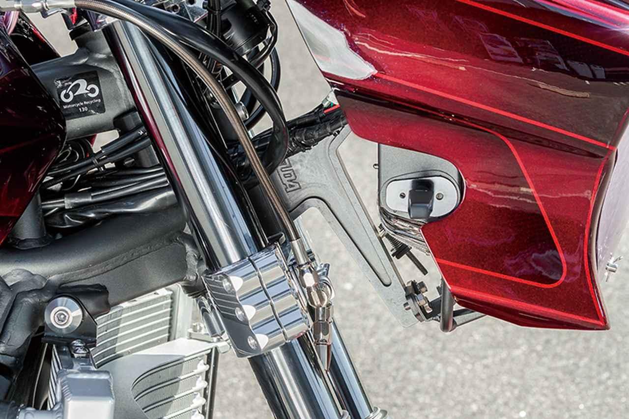 画像: ノーマルのステムマウントからフレームマウント化したカウルのステーはモーターサイクルドクターSUDA製。ナチュラルなハンドリングが狙える。