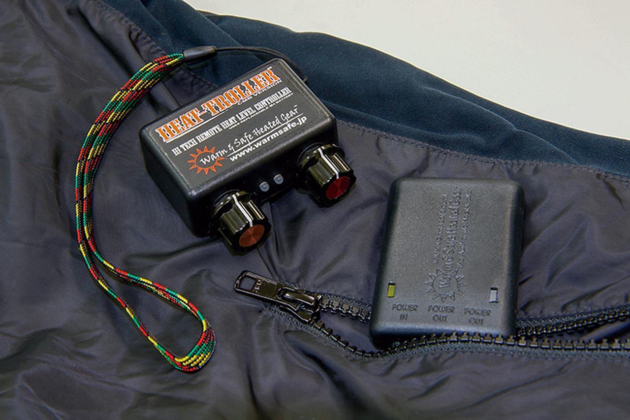画像: W&Sでの注目は、ワイヤレス式の温度コントローラーだ。ジャケットのポケットから覗くのは受信機。グローブをした手のまま気軽に、2CHのダイヤル操作でジャケット+パンツなど、ふたつのパートを別々に温度調整可能だ。