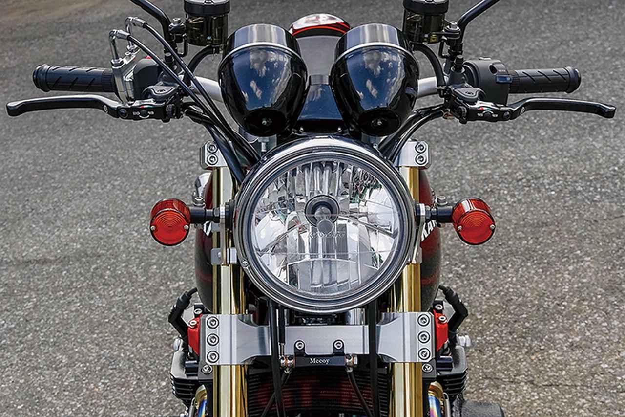 画像: ヘッドライトはレイブリック、左右マスターはブレンボRCS。アンダーブラケット前側にはMccoyブレーキホースセパレーターも見える。