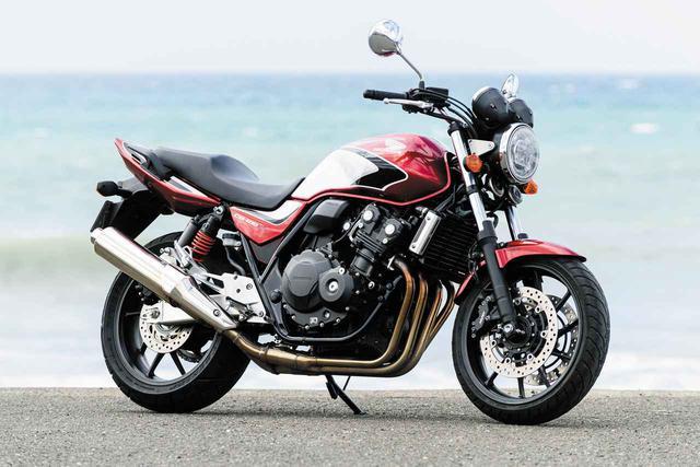 画像: Honda CB400 SUPER FOUR 総排気量:399cc エンジン形式:水冷4ストDOHC4バルブ並列4気筒 シート高:755mm 車両重量:201kg メーカー希望小売価格:税込88万4400円~92万8400円 試乗車のカラーはキャンディークロモスフィアレッド(92万8400円)