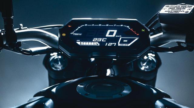 画像: 新しい黒バックの液晶メーターは、時計や燃料計、ギアポジションインジケーターなどを表示する。タコメーターはバーグラフ式だ。