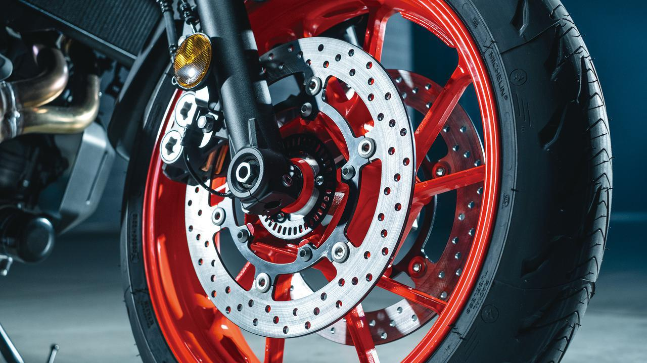 画像: フロントブレーキのディスク径は282→298mmに拡大され制動力を強化。重量は従来型と同等に抑えられている。