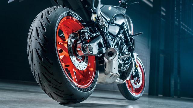 画像: タイヤはウェット性能に優れたミシュランのロード5を採用。リアブレーキのディスク径は245mmでMT-09と同サイズだ。