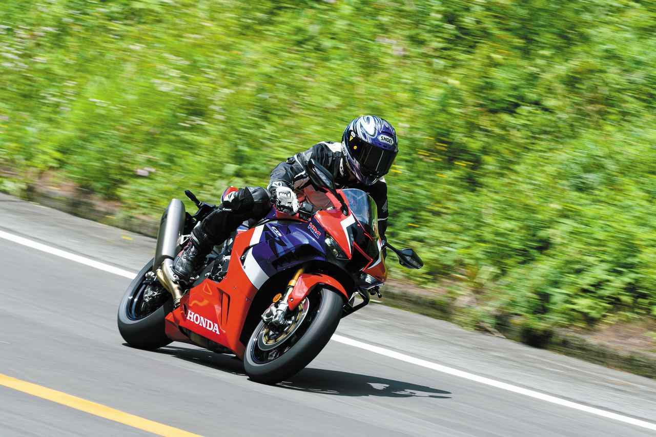 画像: バイクは荷重が乗ると旋回が始まるが、ファイアブレードは旋回が始まるポイントが極めて早い。コーナーの始まりから荷重が乗っているため、スピードを保ったままコーナーに入れる。MotoGPのようにコーナーでスピードを稼ぐ走りが可能だ。