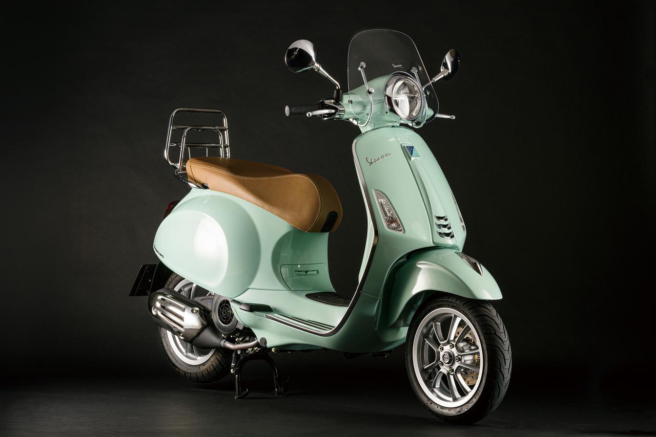 画像: Vespa Primavera 150 ABS 総排気量:155cc エンジン形式:空冷4ストSOHC3バルブ単気筒 シート高:790mm 車両重量:130kg メーカー希望小売価格:税込49万5000円 ※写真のカラーは「リラックスグリーン」。一部純正アクセサリーパーツが備わっています。
