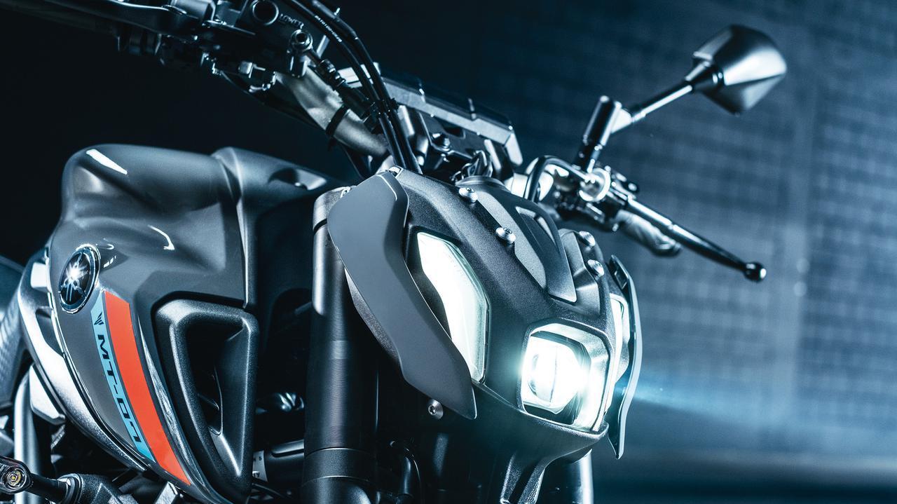 画像: バイファンクションLEDヘッドランプは、コントロールユニットをタンデムシート下に設置することでコンパクトにしている。