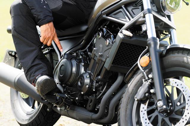 画像: クラッチカバーの出っ張りを積極的に活用することをお勧めする。くるぶしで車体をホールドをすると、非常にコントロールしやすい。