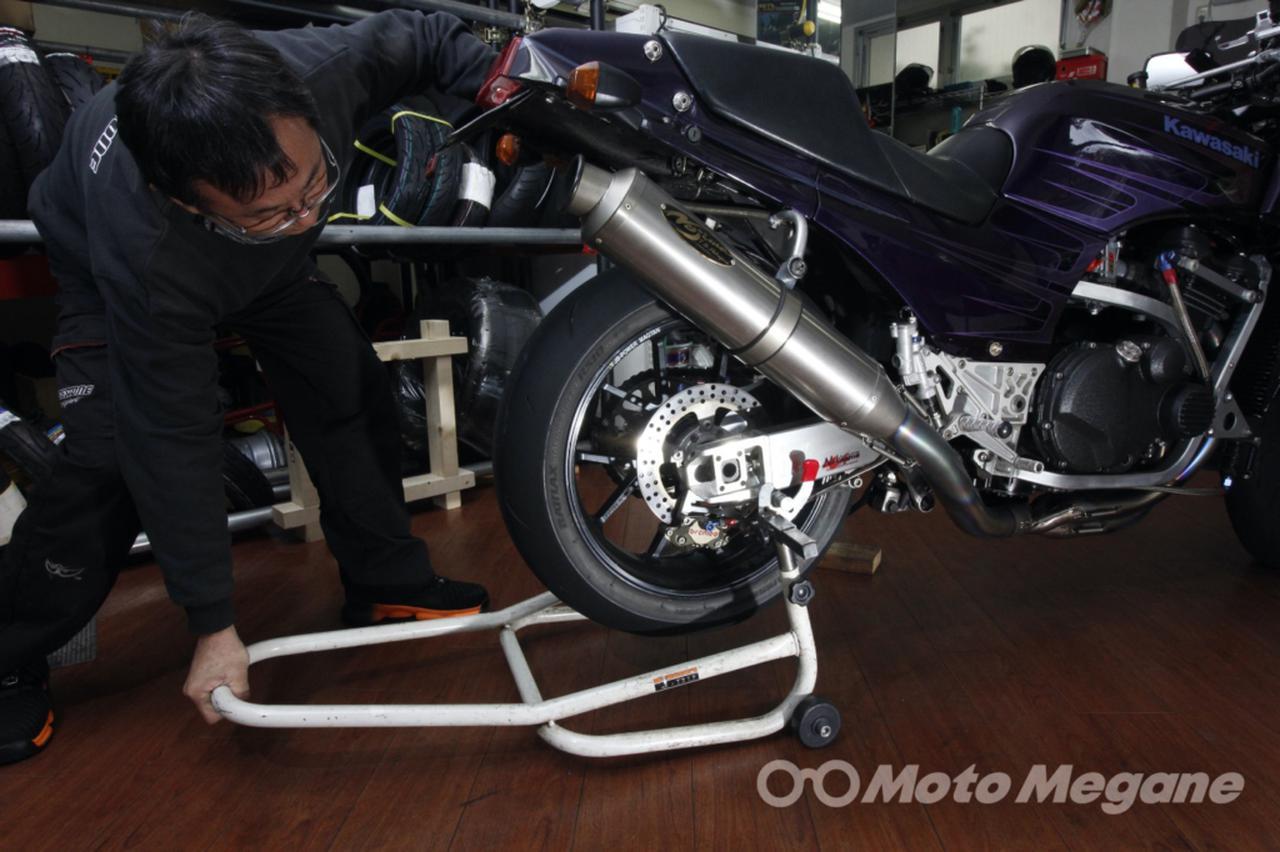 画像: 車体が正立したら体重をかけてスタンドをかける。車体の位置は変わらずスタンドをリアタイヤの下に潜り込ませるイメージ。