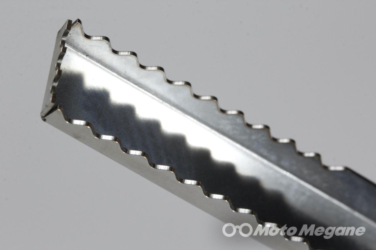画像: 先端のギザギザした歯は木をがっちりキャッチして滑らず落とさない。