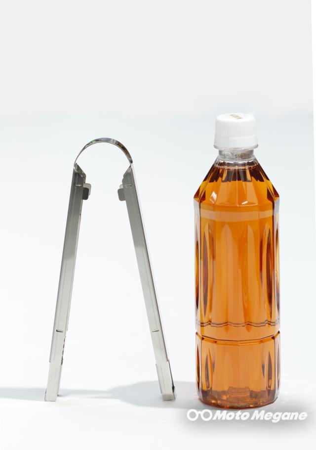 画像: 500mlのペットボトルよりも小さい。延ばして使用状態にすると全長は約31.5cm。収納時は約20cm。重量は実測111gだった。軽量だが素材板厚実測1mmあるのでかなり丈夫だ。
