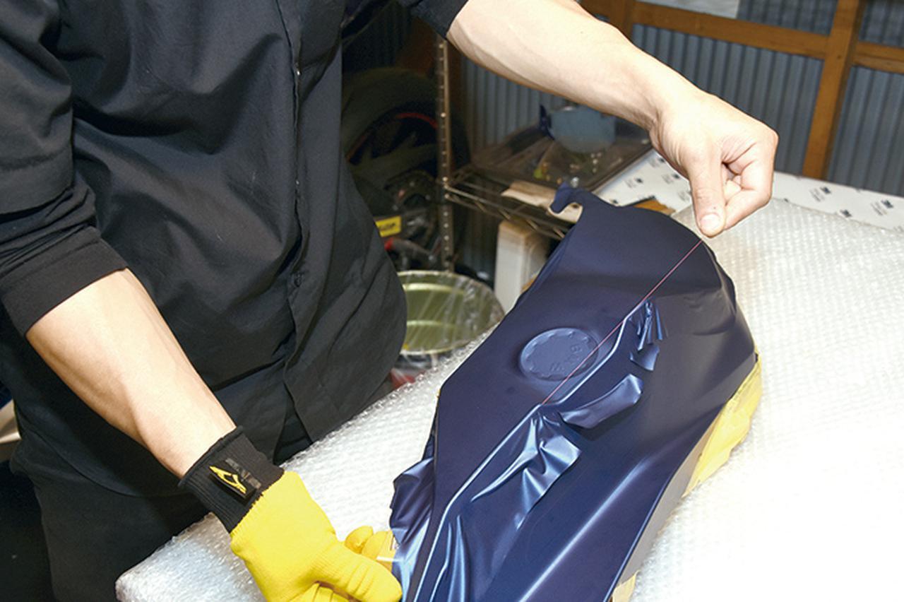 画像: パーツを取り外して単体で細かい仕上げを行ない、合わせ面の、普段は目に触れない場所まで巻き込んでいく。