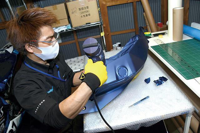 画像: 合わせ面に仕込んだナイフレステープで切断面をカット。ラッピング面にカッターなど刃物を触れさせることはない。