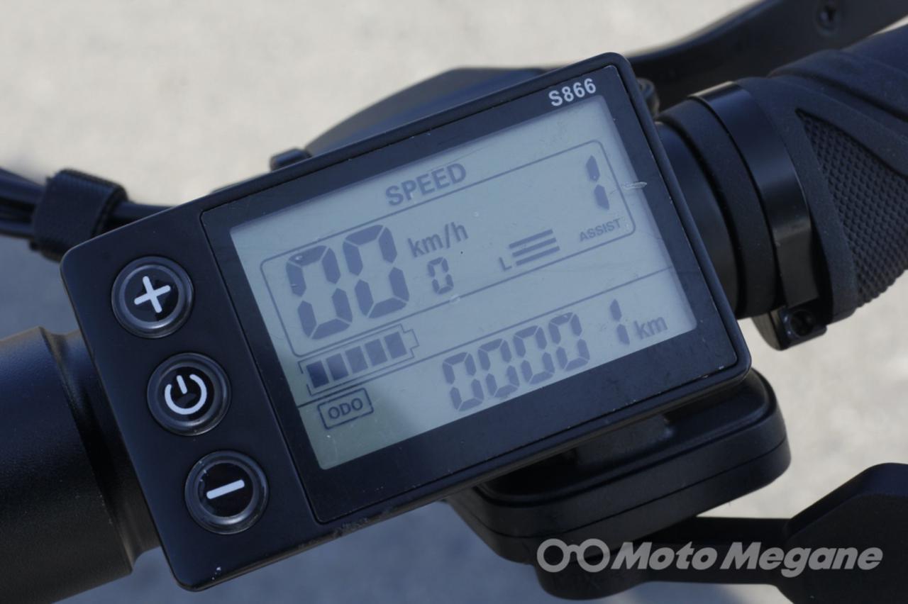 画像: コントロールパネルは液晶表示式。速度をはじめ、バッテリー残量、パワーモードを表示する。