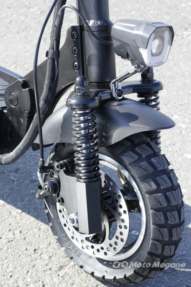 画像: タフなイメージのブロックタイヤを前後に装着。ディスクブレーキも前後に備える本格派だ。ヘッドライトはLEDを採用。