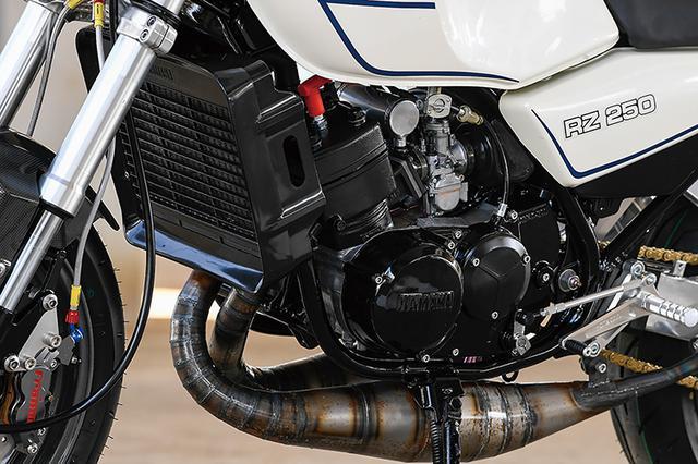 画像: エンジンはTKRJの1mmオーバーサイズピストンによってφ65×54mmと358cc化され、クランクシャフトはオーバーホール&ピン溶接加工。シリンダーヘッドとミッションはノーマルで、点火系はASウオタニのSP2ハイパワーコイル+NGKパワーケーブルでリフレッシュする。