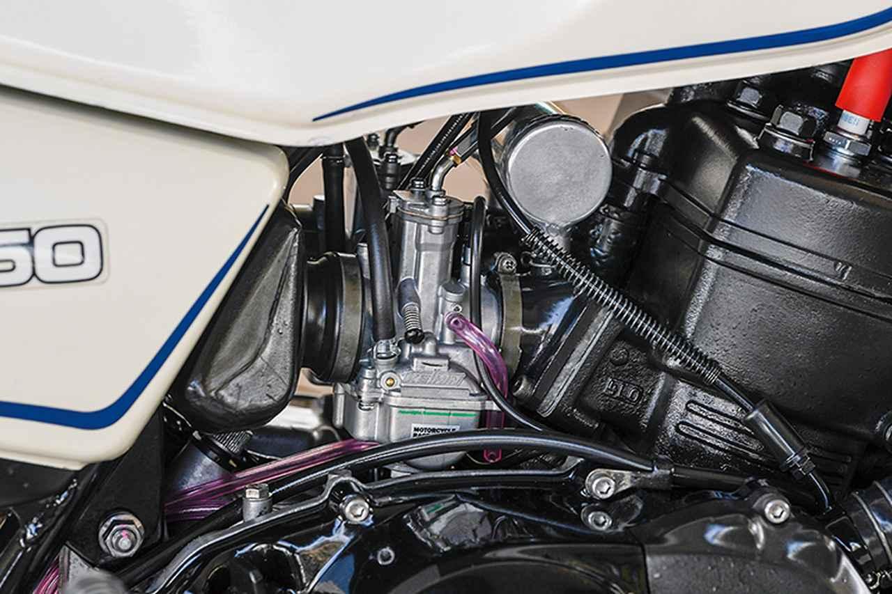 画像: キャブレターは最近品薄傾向というケーヒンPWKφ28mm(同店ではノーマルキャブのO/Hも行う)で、インテークマニホールドには吸気チャンバーも備える。