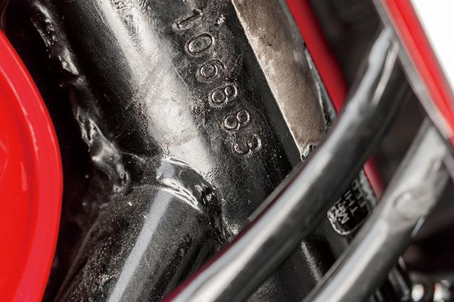 画像: フレームの番号末尾も83。1台でこの組み合わせを見つけた。#83はスーパーバイク・田代さんが現役レーサー時代のゼッケン(GS750/944でAMAスーパーバイクを走ったマクラフリンも同ゼッケン)でYZF750SP等にも装着した。マフラーだけでなく、こうしたエピソードもこの車両の注目ポイントと言っていい。