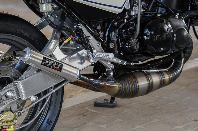画像: クロスタイプの排気チャンバーはSPEXレーシング。ステップはHOT&COOLで、フレームはパウダーコート仕上げされている。