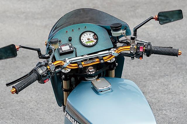 画像: 車体色に合わせてブルーシルバーカーボンで製作されたカウルインナープレートには、スタックST700SR多機能メーターとヨシムラ・デジタルマルチメーター等を装備。ハンドルバーはハーディーで左右マスターはブレンボラジアル。ステムはスカルプチャー製だ。