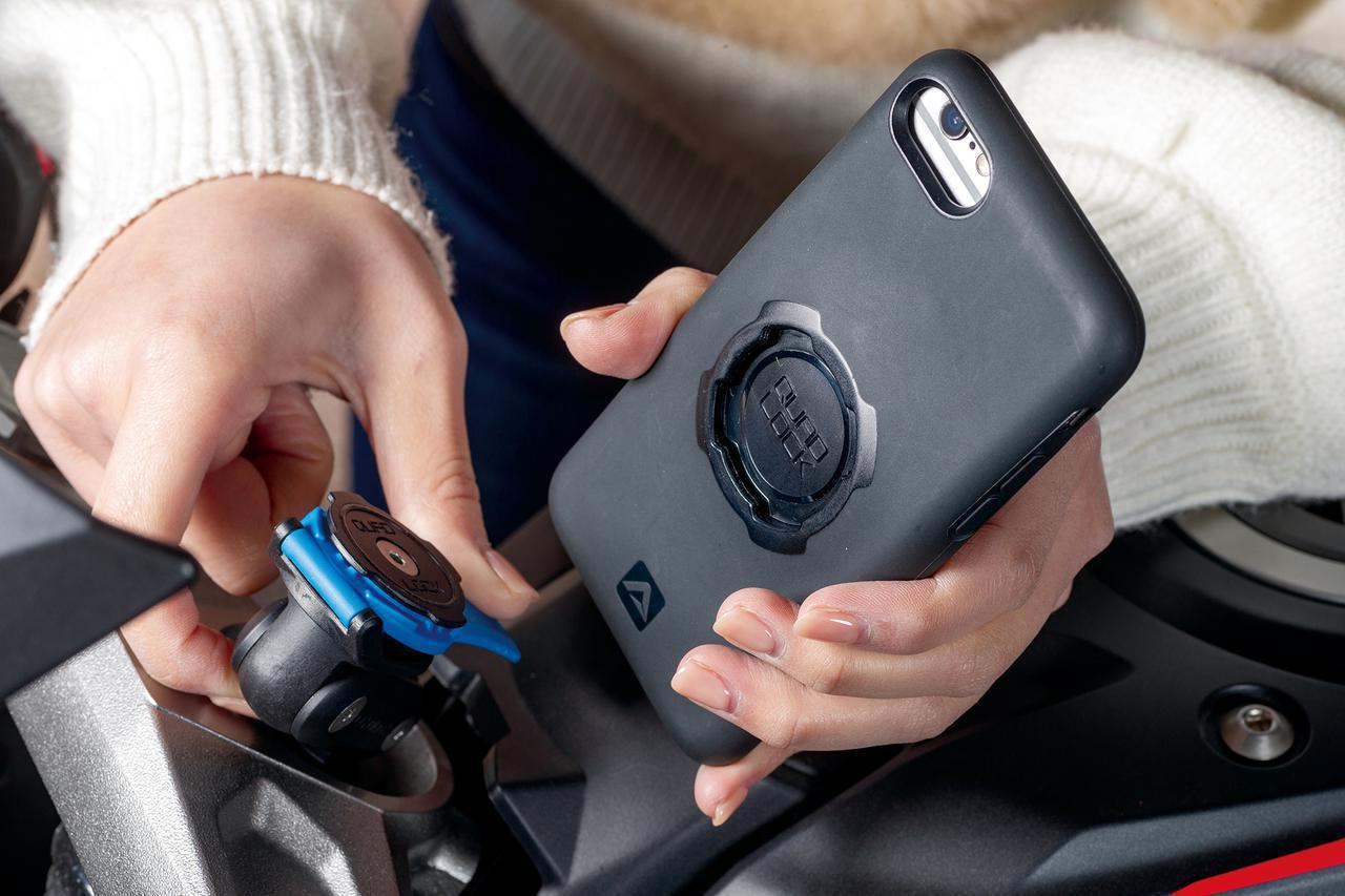 画像: 2秒で脱着、がっちりホールド!「クアッドロック」のスマホ・マウントと防水USBチャージャーを詳解 - webオートバイ