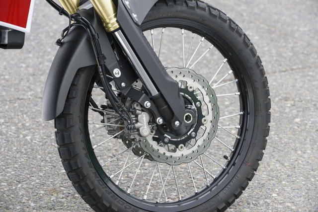 画像: φ282㎜のウェーブディスクをダブルで装備。ホイールはオフロード寄りのフロント21/リア18インチで、タイヤはピレリ製スコーピオンラリースター。