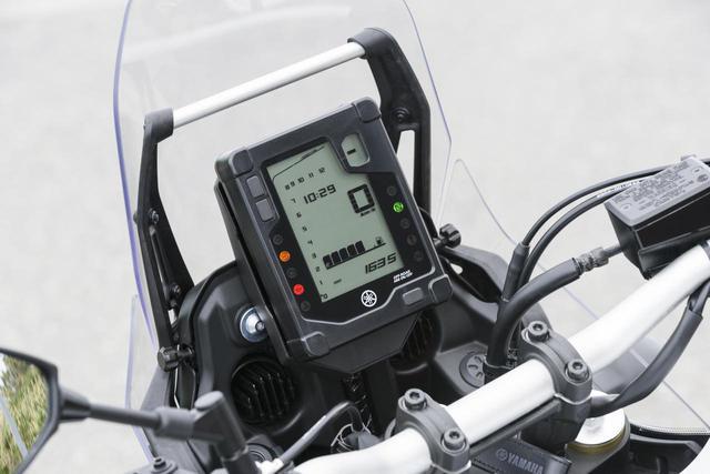 画像: タテ型のモノクロ液晶メーターは見やすく、デザイン性もいいラリーイメージのあるもの。オド&ツイントリップ、平均&瞬間燃費、ギアポジションや時計を表示する。