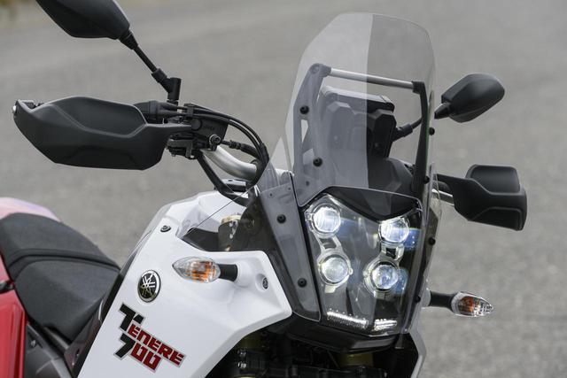 画像: 特徴的なLED4灯ヘッドライトがテネレのチャームポイント。信号待ちで低いクルマの後ろにつくと、ちょっと気になる光量だが、左右独立で光軸調整が可能だ。