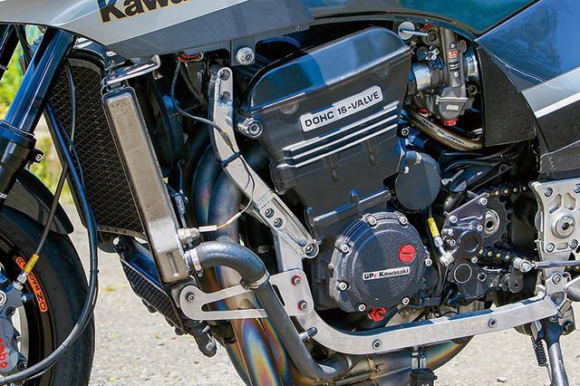 画像: 本文のように、保管からの再始動時にも異音が出たり煙を噴くようなこともまったくなかったエンジンは、水冷DOHC4バルブ直4・908ccのニンジャフルノーマル状態。まだ開けられたことがないという。ただしそれは希なケースで、「普通はダメージがあることが前提」とも鈴木さんは言う。