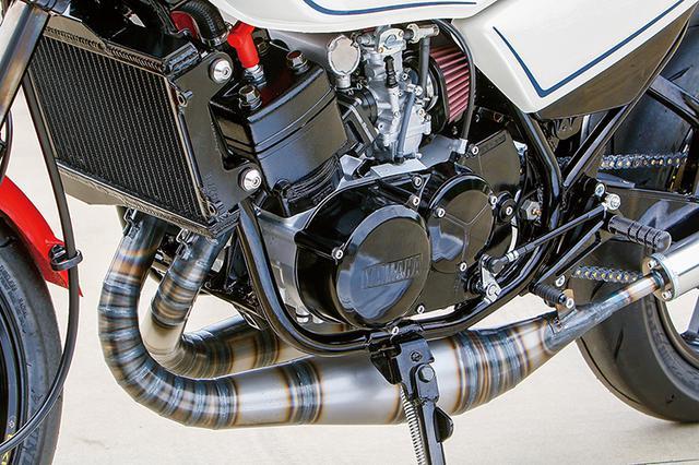 画像: エンジンはRZ350に換装した上でφ64.25mm新品ピストンや新品クランクをセット、HOT&COOL・10mmオフセットスプロケットも装着して、リヤタイヤのワイド化に対応。