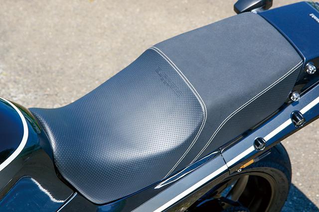 画像: GPZ900Rノーマルの形状をキープしつつ、シートはTo'sカスタム製スプリームに変更される。このあたりも今の標準と言っていいだろう。