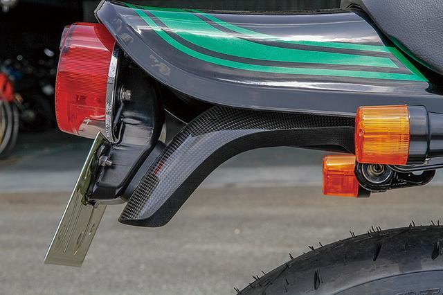 画像: ショートスタイルでZのデザインを踏襲するリヤフェンダーはカーボン製で、シートはリメイク済み。無理に軽量化を強調するところもない。
