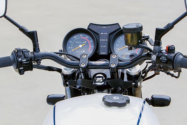 画像: メーターはノーマルで左右スイッチはRZ用新品、グリップラバーも新品にされる。ハンドルバーはハリケーン製を装着している。