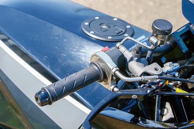 画像: 左右マスターシリンダーはある意味現代標準と言えるブレンボRCS。ハイスロットルも装着。ハンドルバーエンドはアクティブ製。