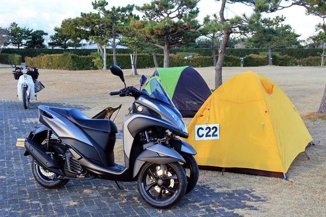 画像: カブライダーの若林浩志さんとの昨年末にキャンプをしました。お互いワンポールテントも持っていたのですが、「寒そうだ」という理由でドーム型をチョイス。当日は風が強かったこともあり、この選択は正解でした。 www.autoby.jp