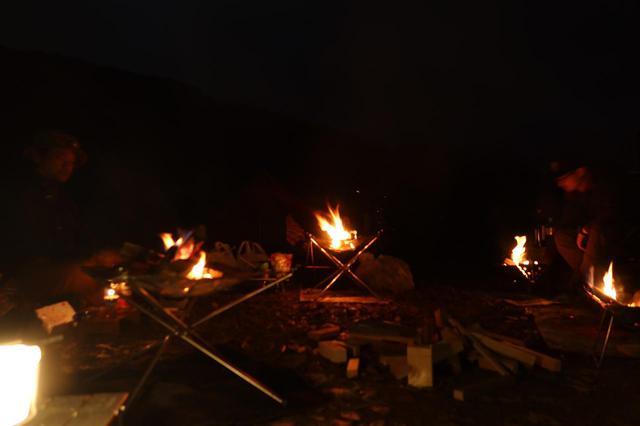 画像: 各々が焚き火台持参で、ソーシャルディスタンスの呪文を唱える。