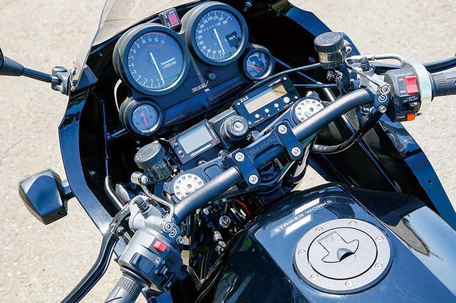 画像: ステムはギルドデザインでハンドルバーはアクティブ・ファナティック、メーター部にはヨシムラ・プログレスメーターやZiixラップタイマー、プロテック・シフトインジケーター(ギヤ段位を表示)等を追加するなど、サーキット走行も視野に入れた構成だ。