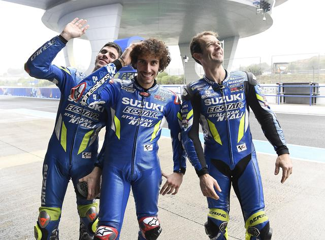 画像: MotoGPマシンGSX-RRの開発ライダーを務めるギュントーリ(右) スズキエクスターの3人は、左からワールドチャンピオン、ジョアン・ミルに、中央は世界ランキング3位アレックス・リンス