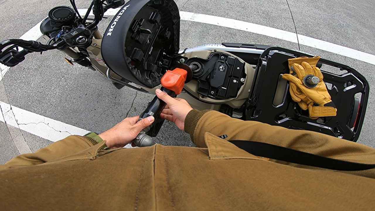 画像: 初めての給油。このあと、その燃費の良さに驚かされることになる。本当に経済的で助かる。