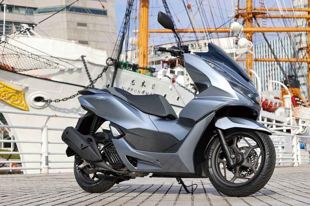 画像: Honda PCX 総排気量:124cc エンジン形式:水冷4ストSOHC4バルブ単気筒 最高出力:12.5PS/8750rpm 最大トルク:1.2kgf・m/6500rpm シート高:764mm 車両重量:132kg 発売日:2021年1月28日 メーカー希望小売価格:税込35万7500円