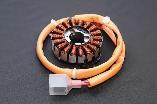 画像: ACGスターターモーターにアシスト機能を持たせることでハイブリッド化。モーターサイズもガソリン車のものと同等だ。