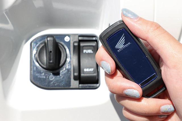 画像: スマートキーのキーフォブは、バックパネルにイメージカラーのブルーをあしらった専用品。機能はPCXシリーズ共通。