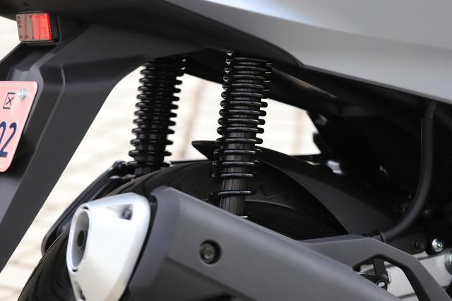 画像: リアサスペンションのトラベル量は95mmに。合わせてホイールを新設計しタイヤをワイドサイズ化。1インチ落とことにより乗り心地の低下は、こうして充分すぎるほど補われている。