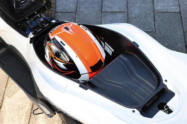 画像: 後部にバッテリーを搭載するが、ラゲッジスペース容量は23Lから24Lにアップ。前方部分にはヘルメットを収納可能。
