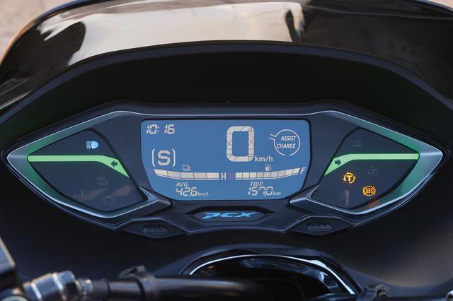 画像: メーター形状は、基本的にガソリン車と同じだが、センターにはバッテリー残量計が加わり、速度計左にはライディングモード表示、右にはアシストレベル表示が追加されている。