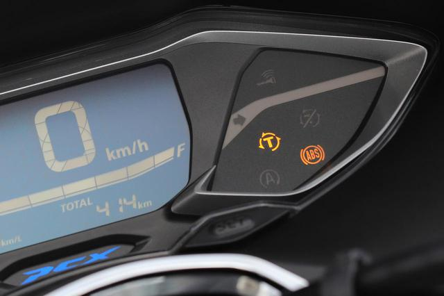 画像: 原付二種にもトラクションコントロールが備わる時代に。液晶メーター横の「T」の表示がHSTCを示す。カットすることも可能。ABSは、前輪にのみ搭載。