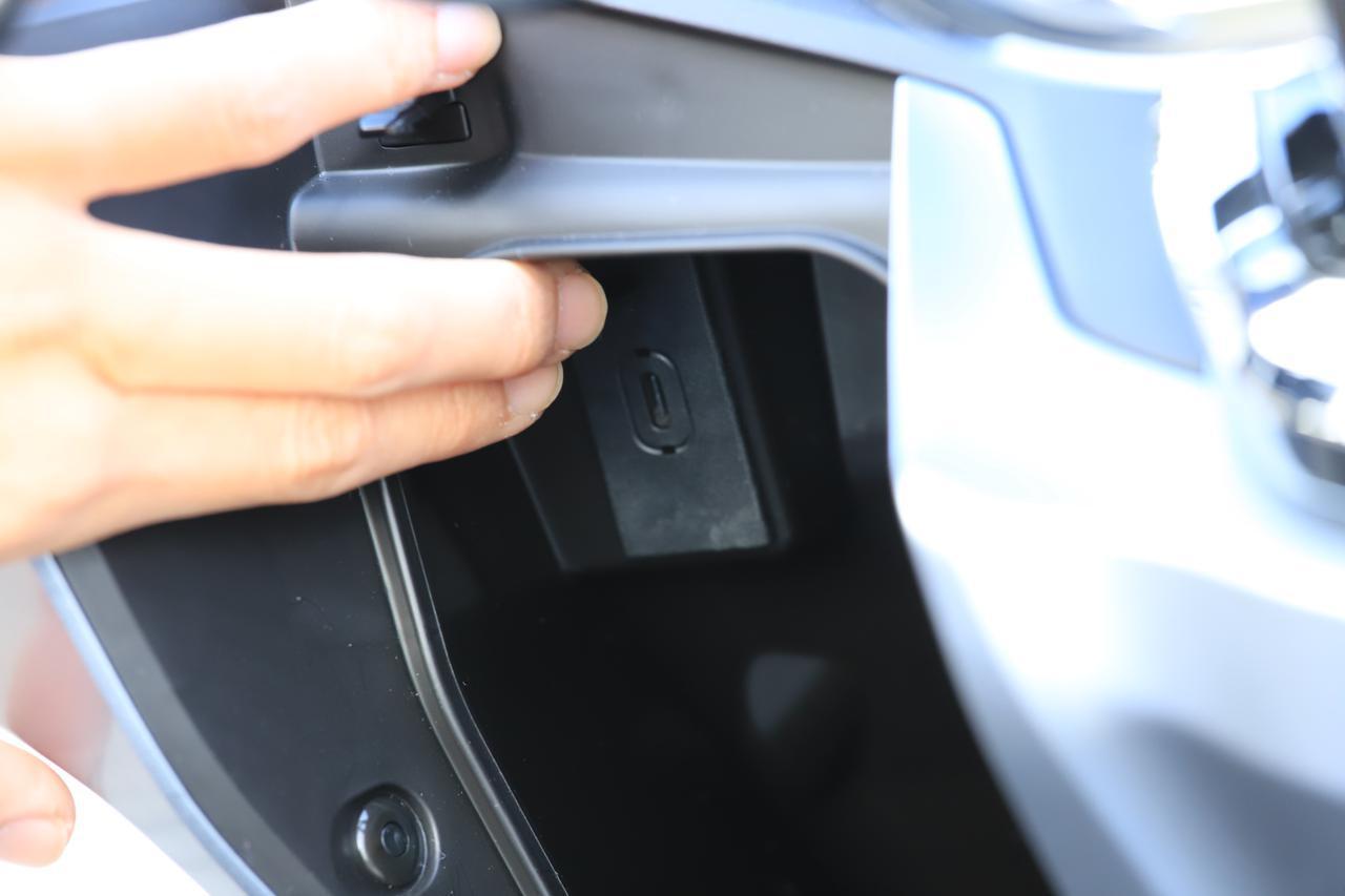 画像: フロントインナーボックス内にUSB Type-Cソケットを標準装備。スマホの充電などに使える。