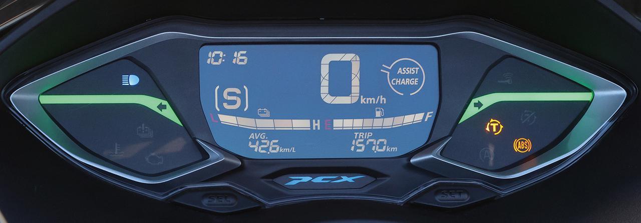 画像: PCX e:HEVのメーター。液晶内の左側の[S]はSモードを示す。
