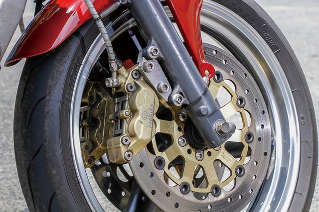 画像: フロントフォークはOXレーシングでインナーピストンを加工。フロントブレーキもブレンボキャリパー+サンスターディスクの組み合わせで強化済み。