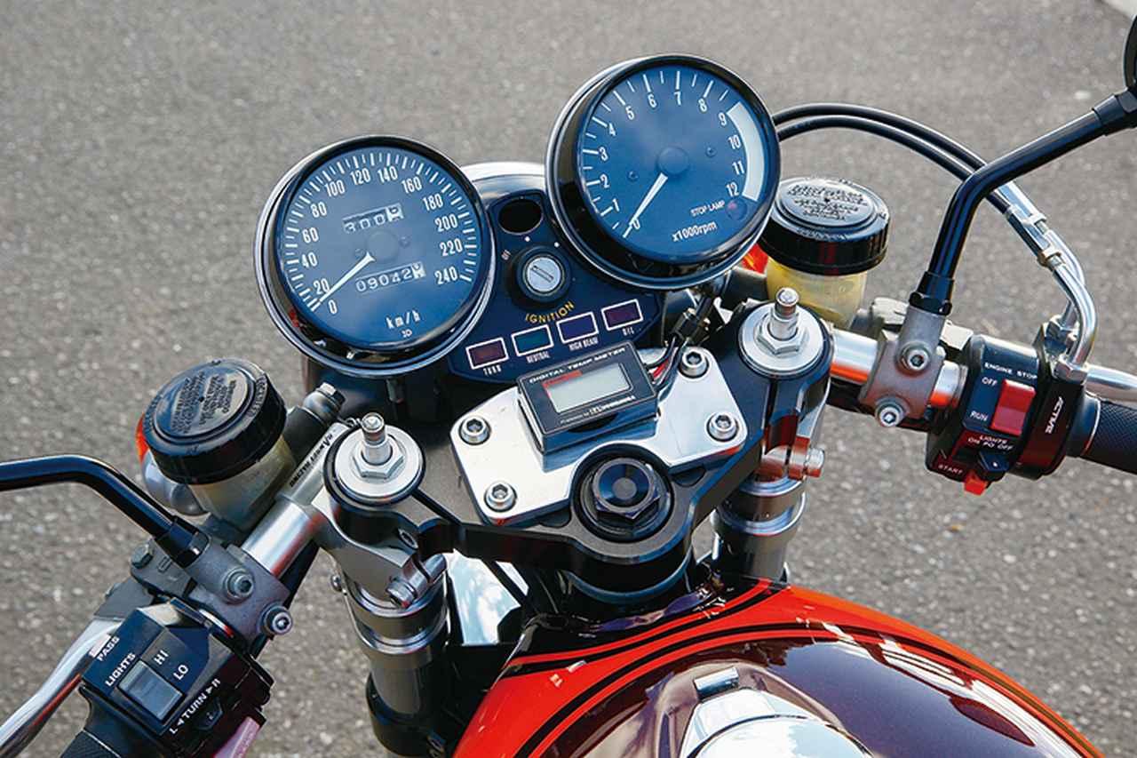 画像: メーターはZ2で速度計は240km/h表示に変更。左右のリザーバーも低い位置に収める。ステムも18インチ対応品に変更。